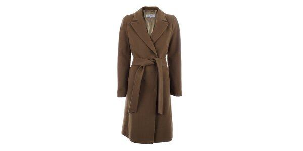 Dámský hnědý kabát s páskem a zapínáním na druky inAvati