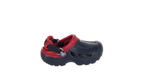 Chlapecké modročervené pantofle Crocs