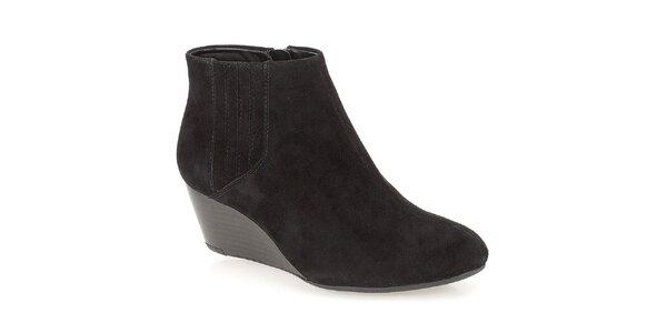 Dámské černé kotníčkové boty na klínku Clarks