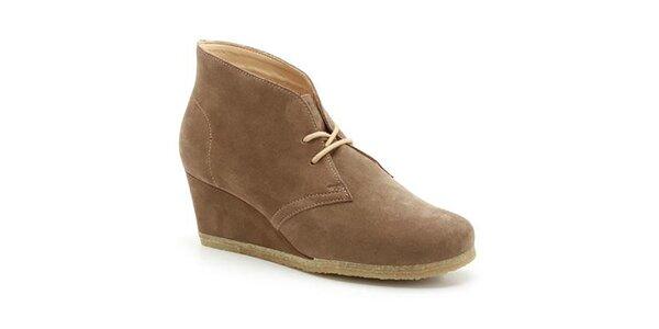Dámské hnědé semišové boty na klínku Clarks