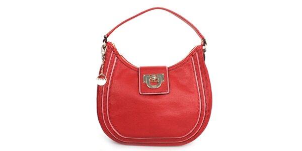 Dámská červená kožená kabelka s kulatým přívěskem a růžovými prvky DKNY