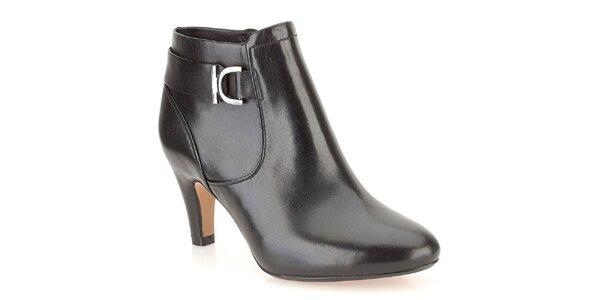 Dámské černé kožené kotníčkové boty s dekorativní sponou Clarks