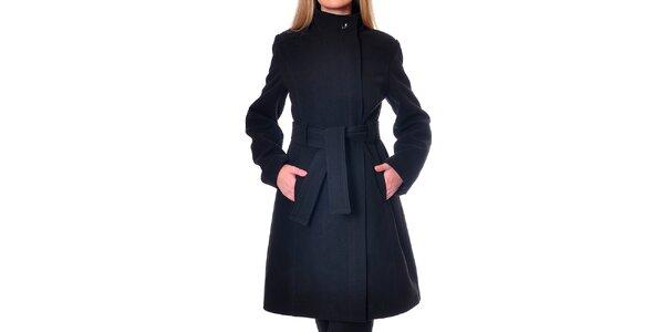 Dámský minimalistický černý kabát Daka