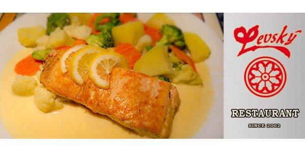 99 Kč za křehoučkého lososa v holandské omáčce se zeleninou a bramborem.