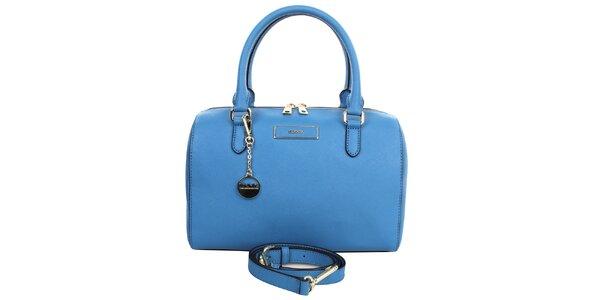 Dámská modrá kožená kabelka s přívěskem ve zlatém tónu DKNY