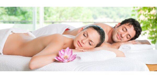 Romantická partnerská masáž s vůní růžového dřeva