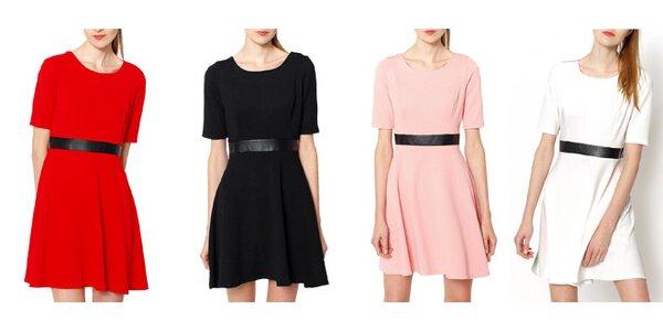 Moderní dámské šaty zdobené černým páskem