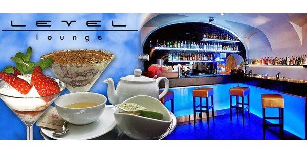 Horký nápoj s delikátním dezertem v Level Lounge