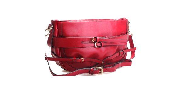 Sytě červená kabelka přes rameno