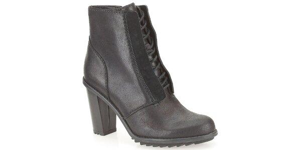 Dámské šněrovací kotníkové boty v černé barvě Clarks