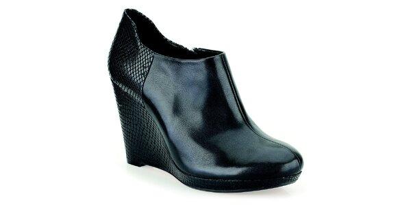 Dámské černé boty na vzorovaném klínku Clarks