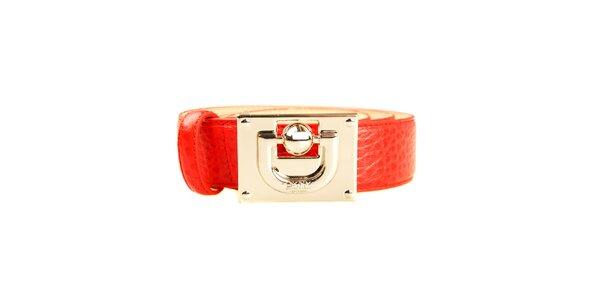 Dámský červený pásek s velkou zlatou sponou DKNY