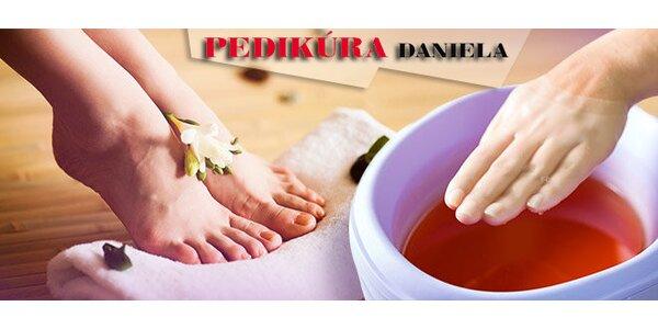 Wellness pedikúra s peelingovou masáži + parafínový zábal na ruce