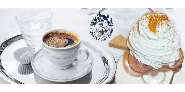 Zmrzlinový pohár s kávou a minerálkou