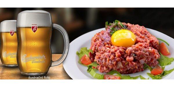 Tatarák s topinkami a dvě tanková piva Budvar