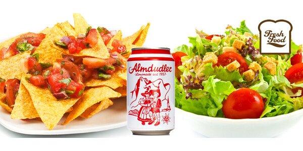 Jarní salát, nachos a nealko drink Almdudler