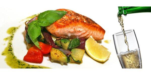 Steak z lososa s grilovanou zeleninou a sklenkou Prosecca