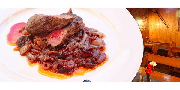 Dva hovězí steaky s houbovým ragú a hranolky