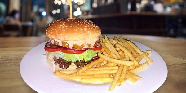 Pořádný hovězí burger s porcí hranolků
