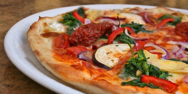 Dvě pizzy a nápoje v italské restauraci Vabene