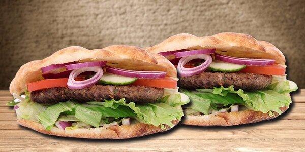 Dva šťavnaté hovězí burgery s domácími hranolky