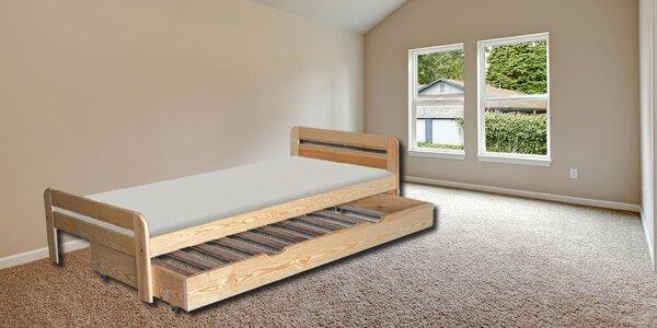 Lakovaná postel z borovicového dřeva