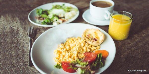 Míchaná vajíčka nebo omeleta s džusem a kávou pro dva