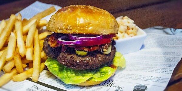 2 burgery a kýbl alkoholu v Timeout Clubu