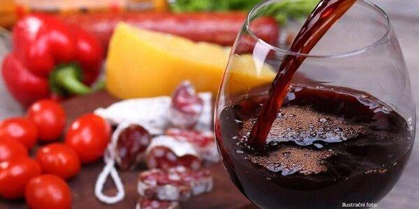 Víno, klobáska a preclíky pro dvě osoby