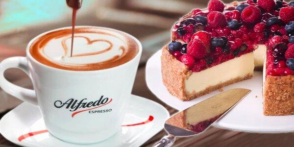 Lahodný dortík a cappuccino v rodinné kavárně