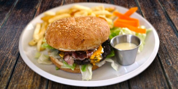 Dva burgery s hranolky a vším všudy