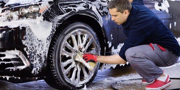 Profesionální ruční úklid auta