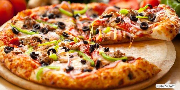 Bohatě zdobená pizza z restaurace Bella