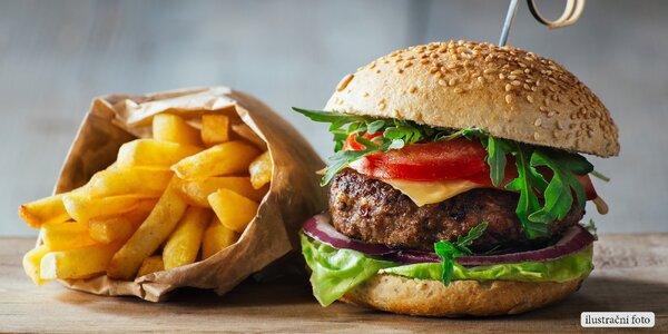 Šťavnatý hovězí burger v restauraci Vingl