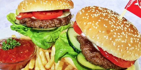 Dva naducané hamburgery s hranolky