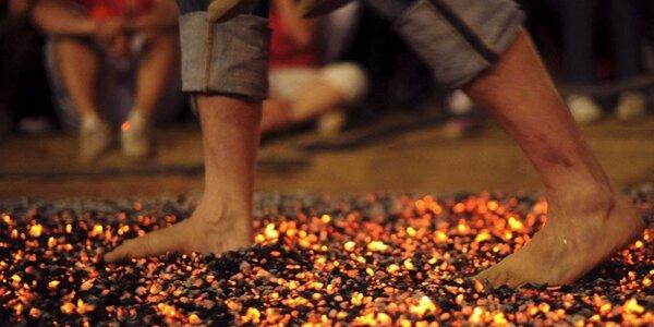 Test odvahy: Chůze naboso přes rozpálené uhlíky