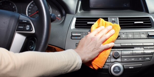 Auto jako klícka – precizní čištění interiéru