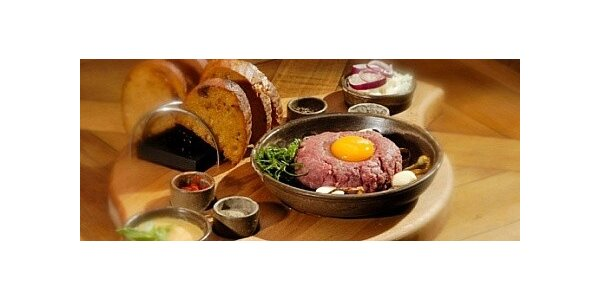120g Tatarského bifteku s topinkami v liberecké restauraci Pelikán