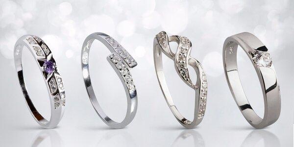 Stříbrné prsteny a náušnice s blýskavými zirkony