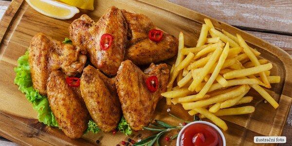 Obří nálož kuřecích křídel, hranolky a omáčky