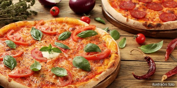 Bohatě zdobená pizza s křupavými okraji