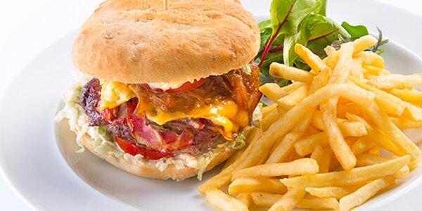 Buclatý burger plný dobrot, hranolky a salát