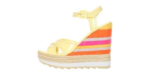 Dámské vanilkové lakované sandále na barevném pruhovaném klínku GAS