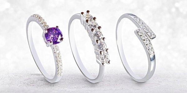 Stříbrné náušnice a prsteny s oslnivými zirkony