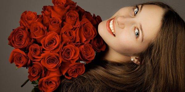 Velkorysý pugét 50 rudých růží