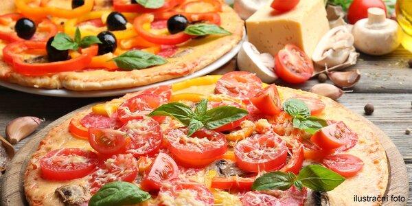 Dvě ručně tahané pizzy plné ingrediencí