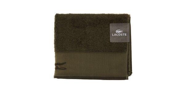 Větší mechově zelený ručník Lacoste