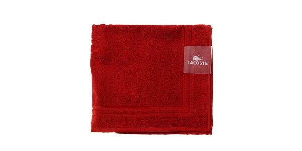 Sytě červená koupelnová předložka Lacoste