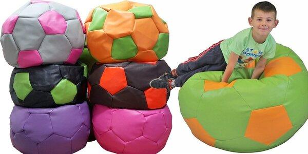 Sedací fotbalový míč pro příjemné lenošení