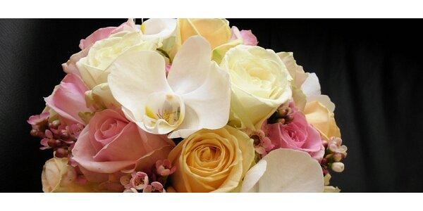 Svatební kytice z růží a orchidejí s korsáží pro ženicha